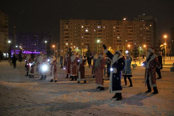 Несколько десятков Дедов Морозов пришли порадовать детей