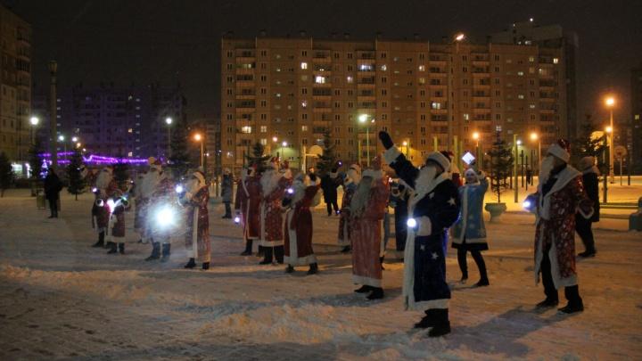 Видео: в школе на Ястынской устроили парад Дедов Морозов