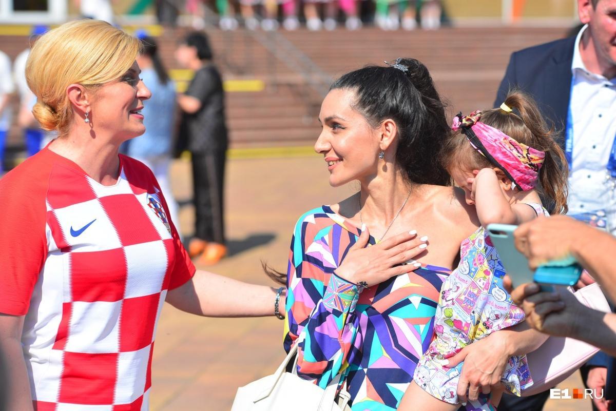 Колинда Грабар-Китарович прошлась по пешеходной улицев Сочи и сфотографировалась с местными жителями Сочи