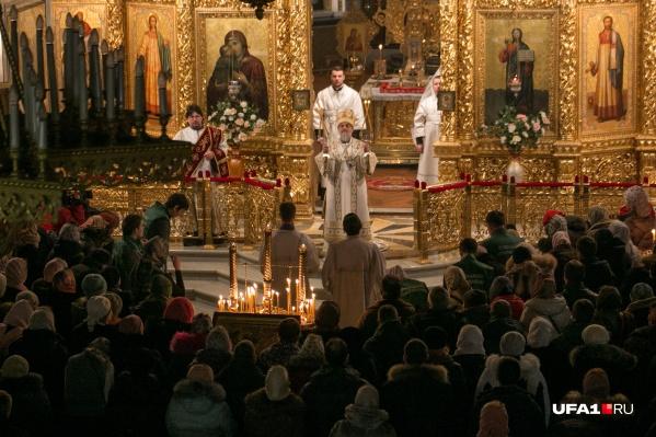Верующие Уфы собираются в храмах, чтобы отметить Рождество