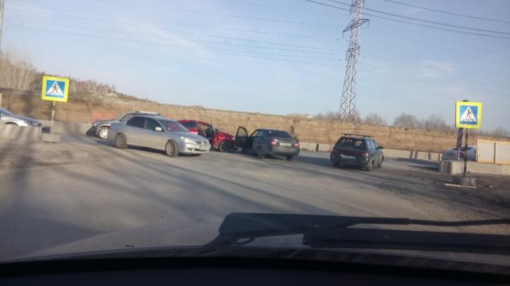 Тюменцы жалуются на ограждение по улице Мельникайте, которое провоцирует ДТП
