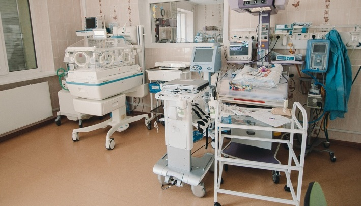 Малышка на ладони: тюменские врачи выходили 600-граммовую новорожденную с патологией кишечника