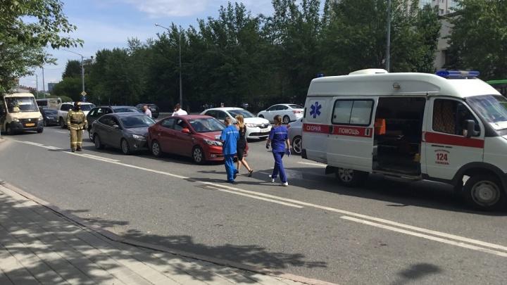 Водитель BMW X5 собрала две машины на Мельникайте