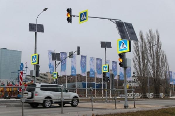 Пока светофор работает в желтом мигающем режиме