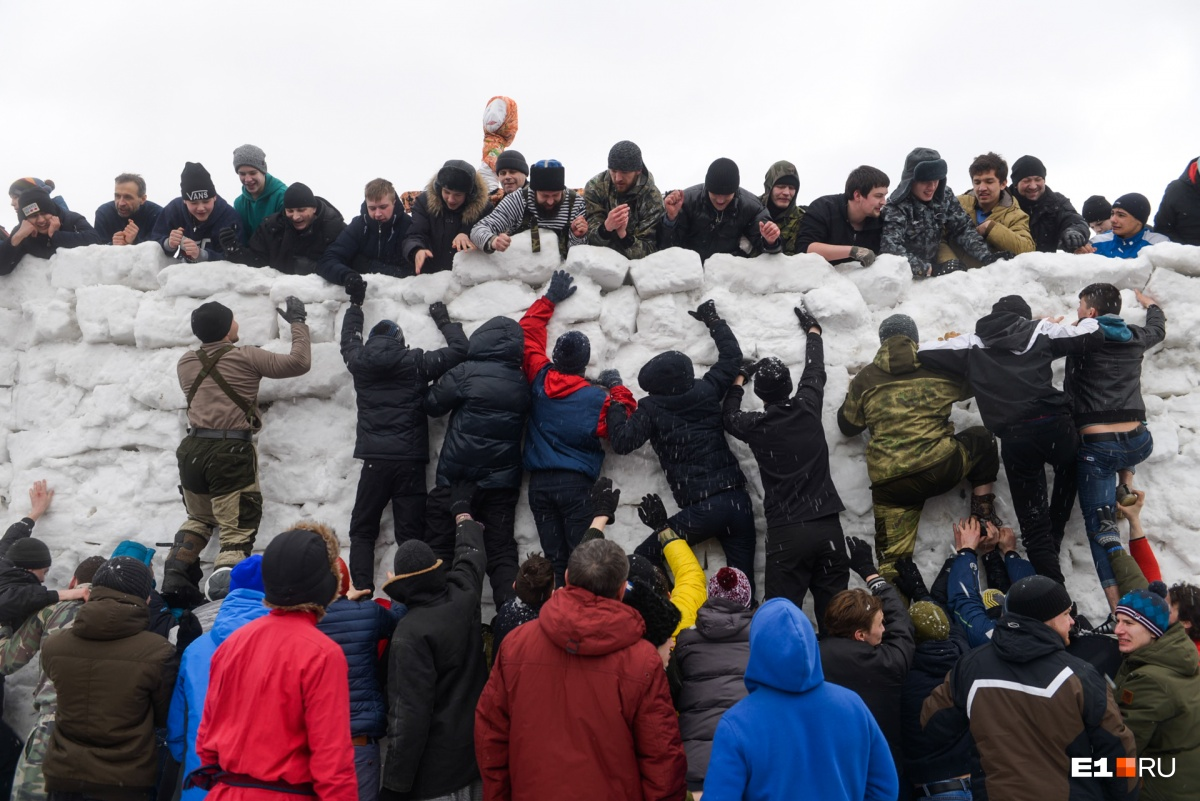 Кому не хватило адреналина после боев, пытались штурмовать снежную крепость