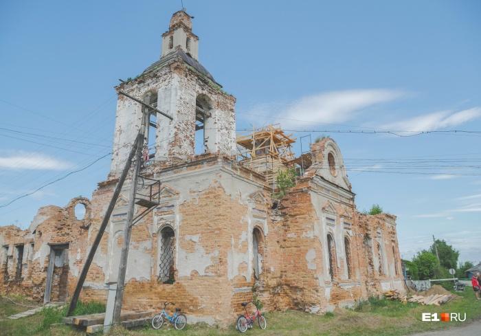 За 90 лет запустения церковь заросла травой, а кирпичные стены покрыл мох