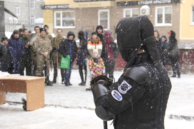 Члены клуба исторического фехтования появились на белом снегу одетыми во всё чёрное