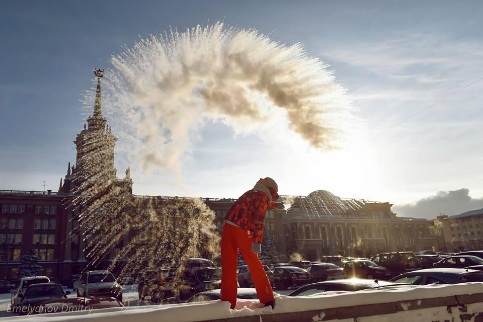 Закаты, снегопады, морозы и елки: как Екатеринбург пережил зиму — в 10 фотографиях