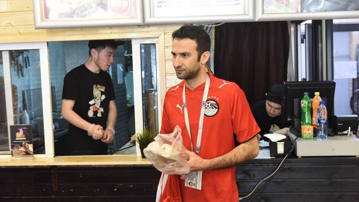 «Шаверма похожа на нашу еду»: что пробовали в Екатеринбурге иностранные фанаты и что им понравилось