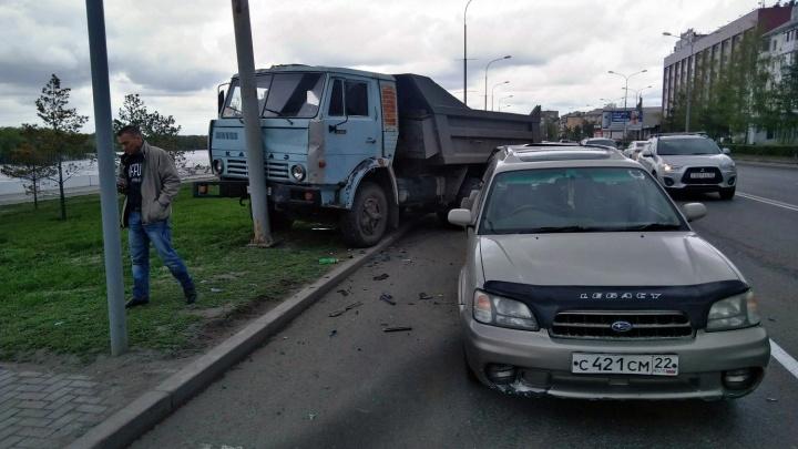 КАМАЗ на Иртышской Набережной смял легковушку и врезался в столб