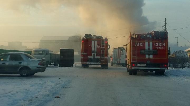 В Тюмени загорелся большой гараж с двумя машинами