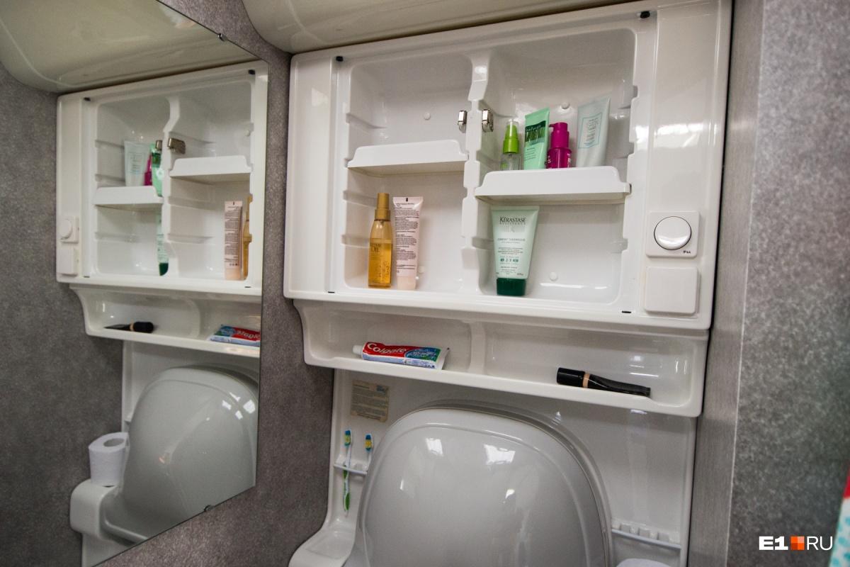 В этом трейлере нет душа, зато есть туалет и умывальник