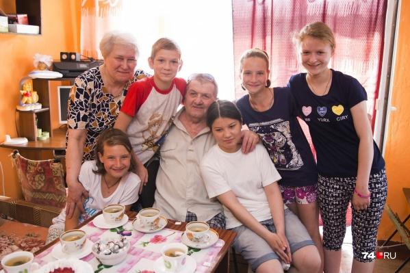 Любовь и Иван Романович воспитали двух взрослых дочерей и приёмного сына, а теперь заботятся ещё о пятерых детях