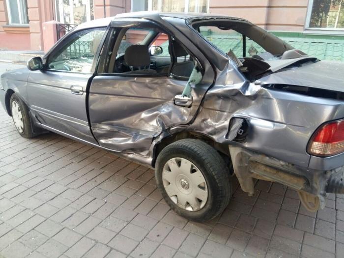 Nissan Sunny протаранил три автомобиля
