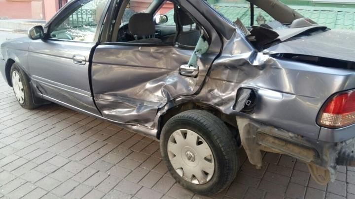 «Ниссан» протаранил три авто и отлетел в дерево на Дуси Ковальчук