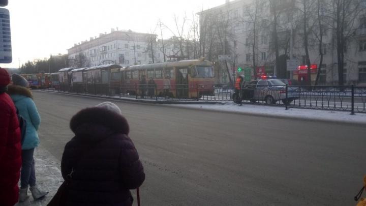 На проспекте Ленина пассажирке трамвая дверью повредило ногу