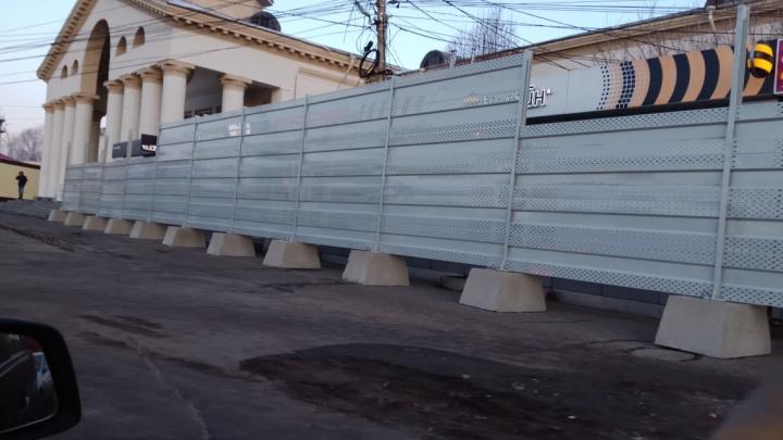 Ларьки на автовокзале закрыли 3-метровым забором после отказа владельцев их снести