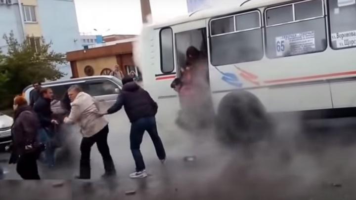 Перевозчик заехавшего в кипяток автобуса выплатил деньги пострадавшим и требует вернуть часть денег