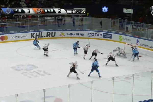 Владимир Первушин забросил шайбу в ворота соперников после передачи Егора Миловзорова