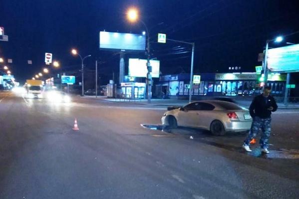В аварии пострадали водитель и пассажиркаToyota Scion