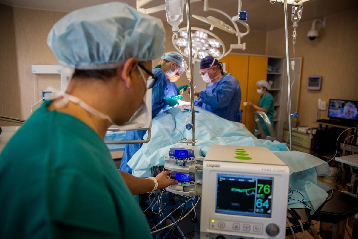 Анестезиолог-реаниматолог следит за тем, как себя чувствует пациент во время операции