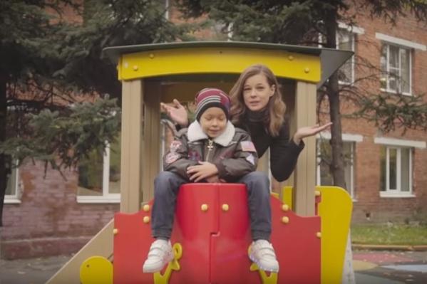 Шпица со своим 7-летним сыном дурачатся на детской площадке