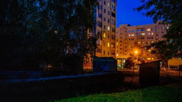 Напал со спины: в Ярославле мужчина жестоко избил женщину посреди улицы