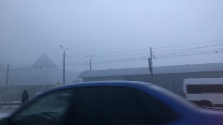 «Видимость несколько метров»: Челябинск накрыло густым туманом, смешавшимся со смогом