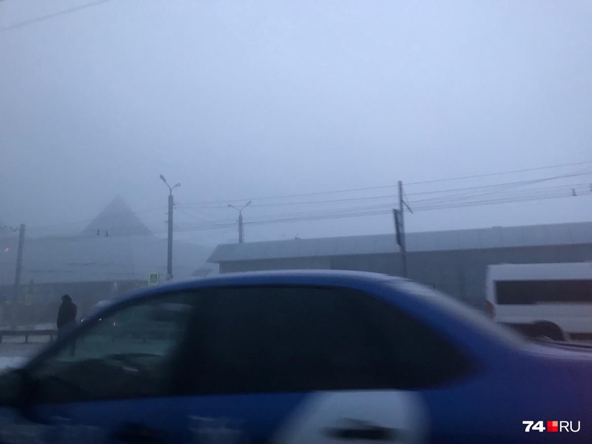 Крыша ТРК «Синегорье» едва различима в таком тумане