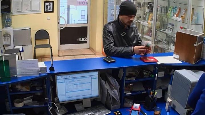 Ловкость рук: в Екатеринбурге камеры наблюдения сняли, как мошенник украл деньги, «заломив» сдачу