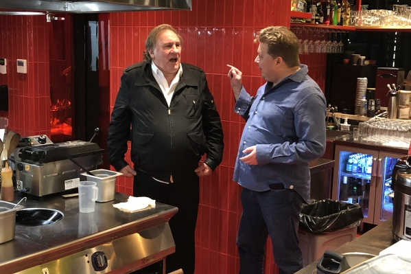 Жерар Депарьде побывал в Новосибирске минувшей зимой — сходил в «Ашан» и пообщался с рестораторами (на фото справа — ресторатор Денис Иванов)