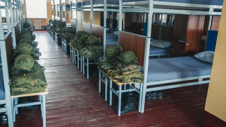 Отсутствие горячей воды и аварийные казармы: на что жалуются родные офицеров и курсантов ТВВИКУ