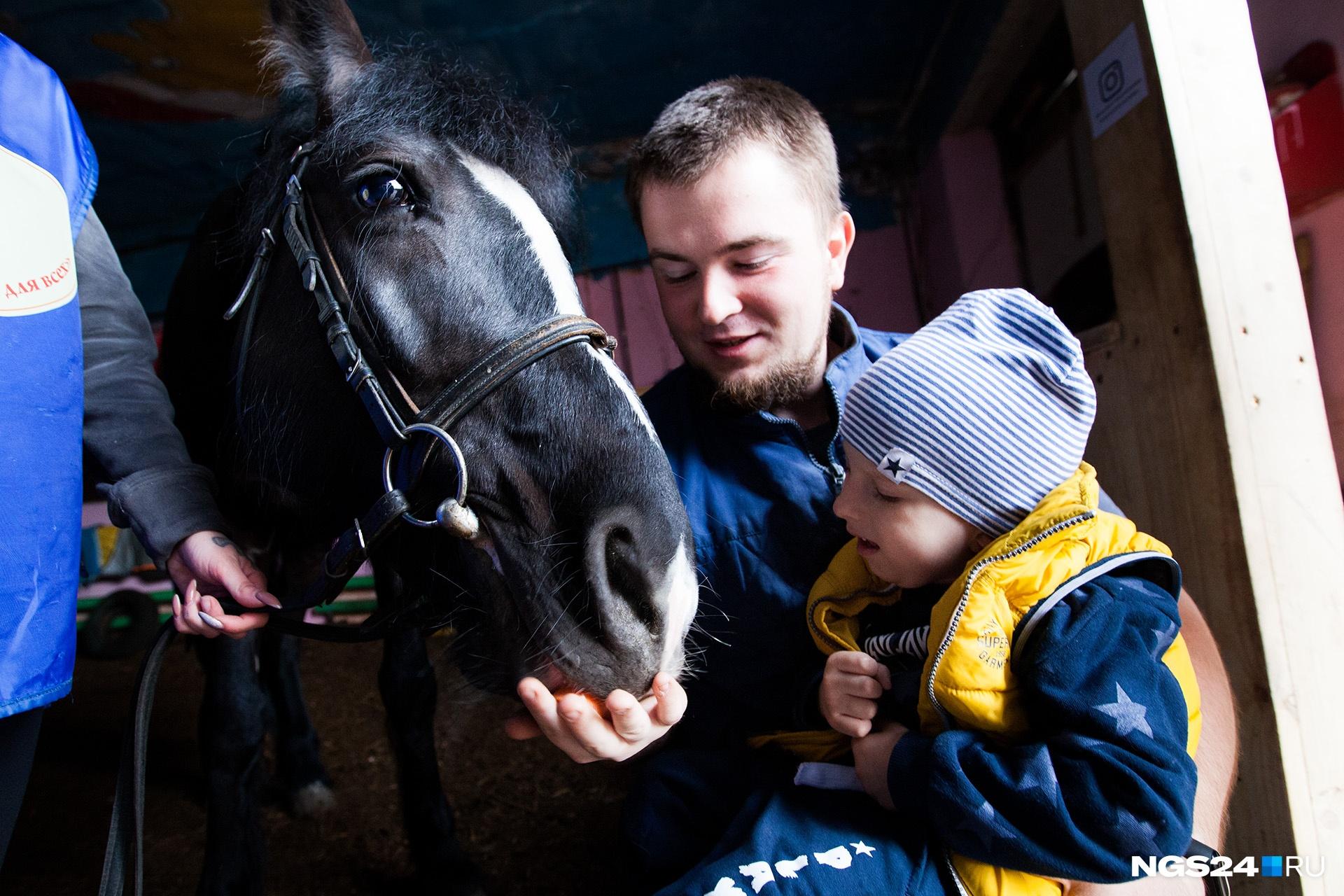 Кормить лошадей морковкой Тимофею нравится. Конечно, все делается под присмотром инструкторов