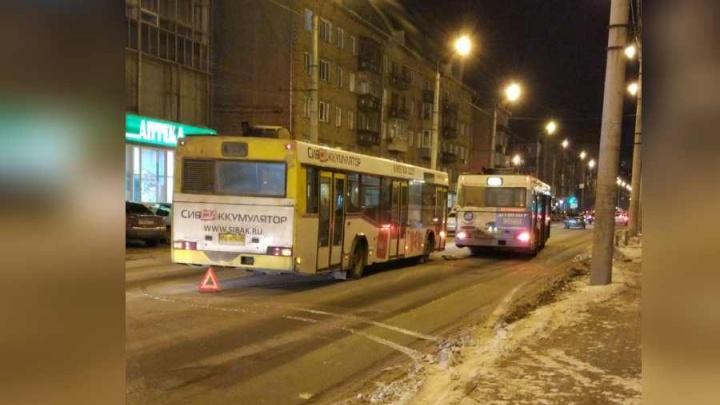 Мелкая авария двух автобусов перекрыла две полосы в центре: собираются пробки
