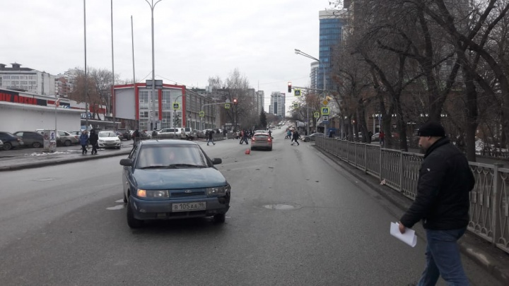 «Я начал тормозить и улетел на встречку»: на Куйбышева столкнулись ВАЗ и Ford