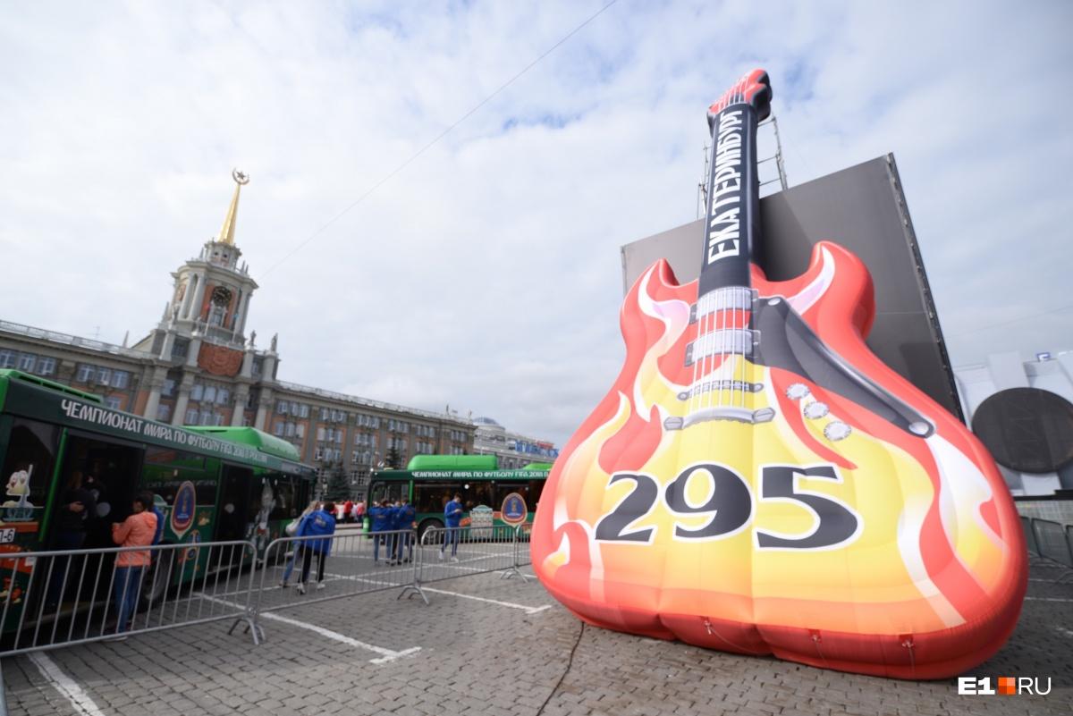 Ко Дню города в центре установили огромную гитару и крокодила Гену