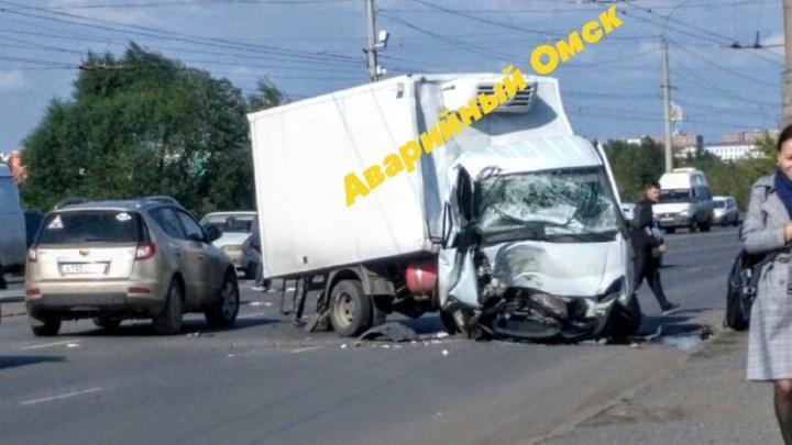 На левом берегу грузовой автомобиль расплющил кабину о бетонный столб