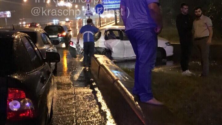 Молодой водитель «Хонды» ушел в занос на Октябрьском мосту и сбил девушку