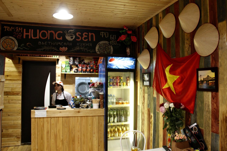 Кафе Huong Sen оформлено в традиционном стиле
