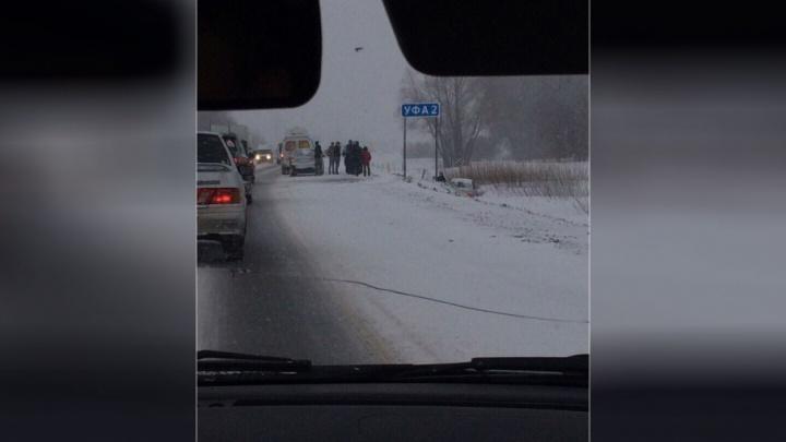 На въезде в Уфу легковушка врезалась в машину скорой помощи