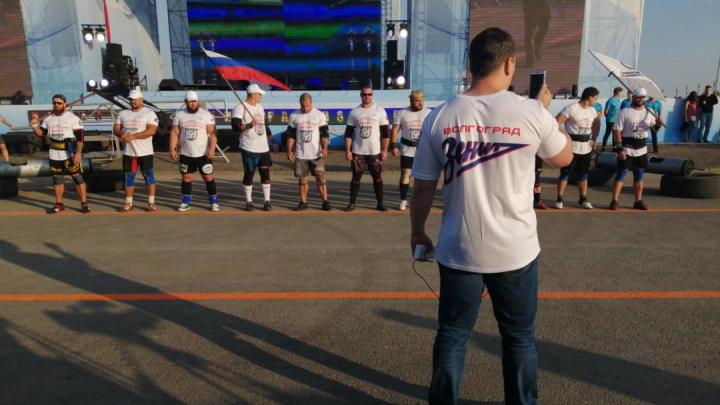 В память о Владимире Турчинском: 12 богатырей со всей России собрались в Волгограде на силовом шоу