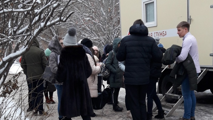 «По часу стоим на холоде»: самарцы пожаловались на очереди в передвижной кабинет для рентгена