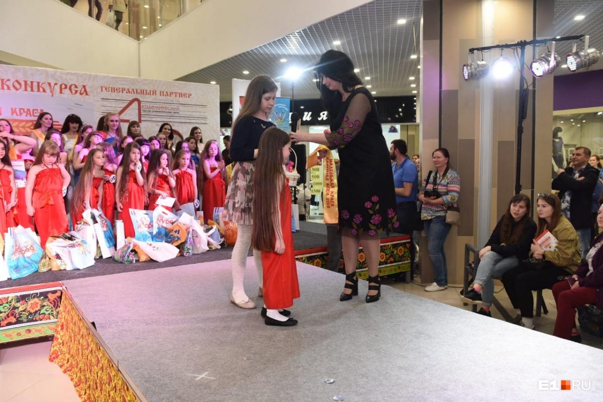 Еву Поличинскую награждают за победу в номинации«Маленькая краса — длинная коса»