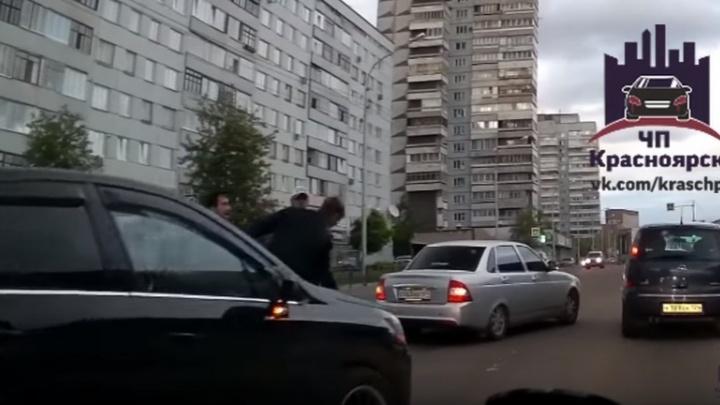 После спорного маневра водители устроили разборку на дороге в центре Красноярска