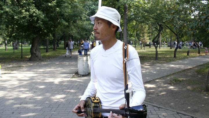 Видео: японец приехал в Новосибирск и играет в Первомайском сквере на странной балалайке