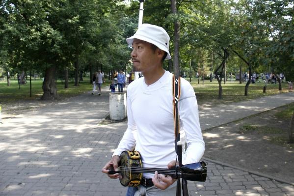 Такаси родился на Окинаве, оттуда же — его необычный инструмент