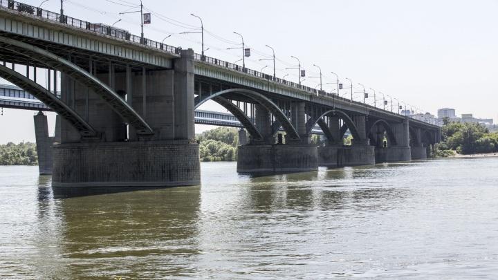 Стоял за перилами: с Октябрьского моста сняли мужчину