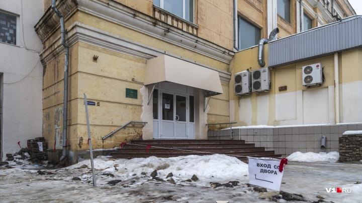 «Это нормальный процесс»: в Волгограде кирпичи ЦУМа начали падать на чиновников областной культуры