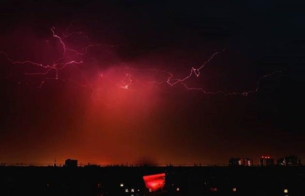 Грозы, рассветы, закаты: любуемся красивым летним Красноярском на фоне природы