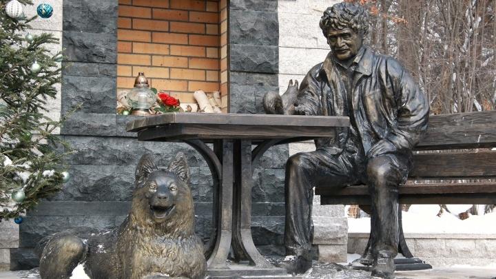 Фото: к памятнику Шило в зоопарке добавили западносибирскую лайку
